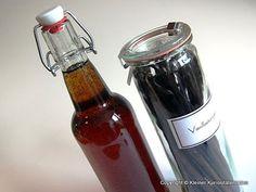 Nichts ist einfacher, als Sirup zu kochen. Man braucht nur Wasser, Zucker und das entsprechende Aroma, in diesem Fall Vanille. Der selbstgem...