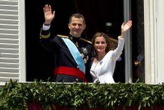 Proclamación Felipe VI: El relevo en la corona : El rey Felipe VI y la reina Letizia saludan desde el balcón del Palacio Real.