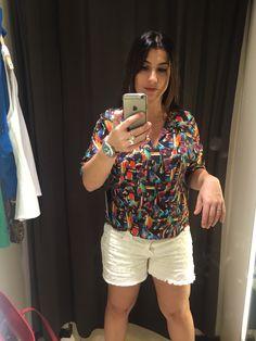 Tentativa de blusa estampada. Gostei no cabide, não curti no corpo. Olhando a foto achei que fiquei muito Bolotona. Não comprei.