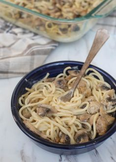 The BEST Chicken Tetrazzini begins with chicken, mushrooms, and pasta that is tossed together with a creamy, garlicky sauce. Easy Chicken Recipes, Easy Dinner Recipes, Pasta Recipes, Beef Recipes, Healthy Recipes, Easy Meals, Healthy Chicken, Drink Recipes, Italian Recipes