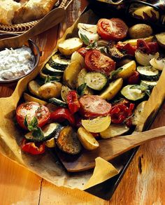 Mediterranean oven-cooked vegetables with herb Mediterranes Ofengemüse mit Kräuterquark Oven vegetables – smarter – time: 50 min. Veggie Recipes, Paleo Recipes, Healthy Dinner Recipes, Low Carb Recipes, Healthy Snacks, Paleo Food, Grilling Recipes, Oven Vegetables, Roasted Vegetables