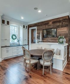 Stylish accent wall in reclaimed wood for the modern kitchen