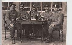 Foto Ansichtskarte 1.WK Soldaten, Gruppenbild am Tisch, Westfront-Historische-Postsachen