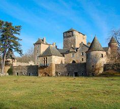 Au centre d'un vaste domaine agricole, le château des Bourines a conservé intacte sa pittoresque allure médiévale. Le donjon est ici plus une réserve à grain qu'un logis ou un édifice purement militaire. Les intérieurs ont préservé leur authenticité et les alentours, des pâtures légèrement vallonnées, sont charmants