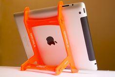 Supporto da scrivania per iPad (2,3 e 4 gen) smontabile e trasportabile nella borsa inclusa.   Può sostenere l'iPad in due inclinazioni, a 30° per un'agevole scrittura e a 60° per la lettura.   Disponibile in 4 colori a €19.99 più spedizione