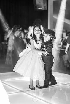 """""""Dançando""""!! Tem casal roubando o palco dos noivos. Lindos <3  #valwander  #fotografiasemocionantes #fotografia  #crianças #casamento #dançando"""
