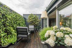 Photothèque : 96 balcons et bien plus d'astuces déco Balcony Furniture, Patio Wall, Balcony Design, Balcony Ideas, New Condo, Beach Condo, Small Patio, Balcony Garden, Best Location