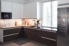 L-KEITTIÖ KUVIA 1 – Puustellin Keittiögalleria Kitchen Island, Kitchen Cabinets, Home Decor, Island Kitchen, Decoration Home, Room Decor, Cabinets, Home Interior Design, Dressers