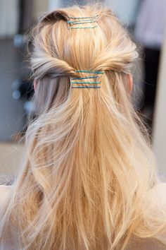 10 Greatest Ways To Do Your Hair With Bobby Pins – Latest Hairstyles Cross over your pins for extra texture Get creative with a geometric shape that uses bobby pins simple hairstyle with Bobpin. Winter Hairstyles, Hat Hairstyles, Pretty Hairstyles, Blonde Hairstyles, Simple Hairstyles, Wedding Hairstyles, Twisted Hair, Corte Y Color, Tips Belleza