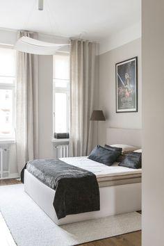 Makuuhuoneen sisustus on koottu Woodnotesin sängynpäädyn ja -rungon ympärille. Sängyn alle on erikoistyönä tehty iso säilytystila. Sängynpääty sulautuu väritykseltään seinään. Lattialla lepää Woodnotesin Tundra-matto. Space Architecture, Guest Room, Iso, Tuli, Bedroom, Inspiration, House, Furniture, Dreams