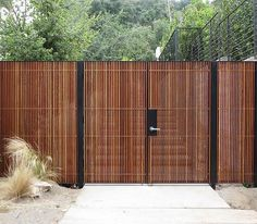 Mid Century Modern Wood Entry Gate A beautiful front yard is the calling card. Timber Gates, Timber Fencing, Wooden Gates, Modern Entry, Modern Fence, Mid-century Modern, Wood Fence Design, Privacy Fence Designs, Backyard Gates
