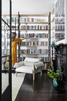 Trendy home library contemporary interior design 28 Ideas Home Library Diy, Home Library Design, Home Libraries, Home Office Design, House Design, Library Ideas, Interior Ceiling Design, Contemporary Interior Design, Floor To Ceiling Bookshelves