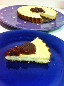 Cheesecake Light - Informações nutricionais – rende aproximadamente 6 fatias pequenas, cada uma com: 160 calorias, 4.55g de proteínas, 8.58g de carbs, 12.2g de gorduras. (não contabilizada a geléia).