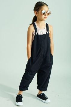 New baby kids fashion jumpers 25 ideas Baby Outfits, Kids Dungarees, Black Dungarees, Style Hipster, Little Kid Fashion, Little Fashionista, Stylish Kids, Boy Fashion, Fashion Games