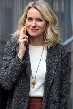 I want this necklace but can't find designer.hmmm : )) Naomi Watts Smiles on the Set Amid News of Her Split From Liev Schreiber Celebrity Hairstyles, Braided Hairstyles, Naomi Watts Hair, Naomi Wats, Soft Classic Kibbe, Liev Schreiber, Celebs, Celebrities, Up Girl