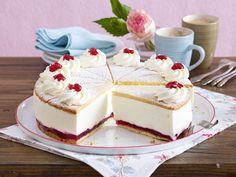Sahnetorte – die schönsten Rezepte für prachtvolle Torten-Klassiker - kaese-sahne-torte-mit-preiselbeeren  Rezept