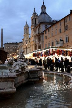 Piazza Navona e bancarelle , Roma.the perfect place to people-watch. Always bustling with activity!importante k c siano le bancarelle x gli orecchini Rome Travel, Italy Travel, Winter Travel, Holiday Travel, Rome Nightlife, Christmas In Rome, Visit Rome, Rome Attractions, Rome Italy