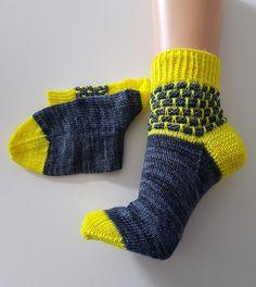 III - Brick in the wool socks - Jaylyns Nadeltanz - Super knitting Wool Socks, Knitting Socks, Baby Knitting Patterns, No Show Socks, Baby Booties, Wool Yarn, Drops Design, Crochet, Headbands