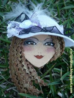 Girl with a hat Felt Crafts, Diy And Crafts, Hair Clip Organizer, Soft Sculpture, Sculptures, Felt Baby, Fabric Jewelry, Felt Dolls, Doll Face