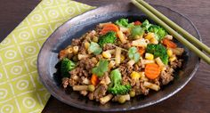 No noodles to be seen in this Beef & Broccoli Chow Mac! We're loving Fuss Free Cooking's spin on this Chinese classic. Asian Recipes, My Recipes, Dinner Recipes, Cooking Recipes, Favorite Recipes, Ethnic Recipes, Tasty Beef And Broccoli, Macaroni Pasta, Marinated Beef