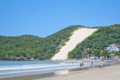 Praia de Ponta Negra, Natal, com o Morro do Careca ao fundo.