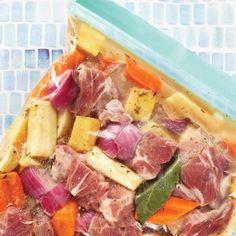 Recette de bouilli de porc et légumes racines à la mijoteuse—Cette recette peut se congeler avant cuisson dans un sac hermétique. Ainsi, le jour où le temps nous manque, on décongèle et hop, dans la mijoteuse! C'est la méthode du prep-freeze-cook. Dump Dinners, Freezer Meals, Actifry, Batch Cooking, Hawaiian Pizza, Pork Chops, Tuna, Food To Make, Meal Prep