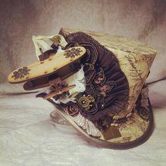 4 top hat - cappello Steampunk, Alice nel paese delle meraviglie, Tesla, un orologio, cappello vittoriano, viaggiatore del tempo, Mad Hatter hat, tè, avventuriero, esploratore, alternativa, Mini top hat, Dieselpunk, biplano, ingranaggi, ingranaggi, Sherlock Holmes. Ho chiamato questo one Chocks Away!  Fatto a mano in bugrane di qualità modiste, utilizzando tecniche di autentica ripetizione piatta, ho coperto un suggestivo cotone tessuto stampato, raffigurante bolli postali, script e note…