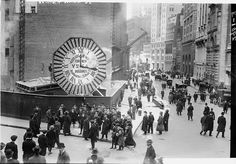 Broad Street and Wall Street ca. 1910. (via Library of Congress) Lower Manhattan