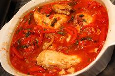Pui cu sos de ardei gras si rosii - Puiul cu sos de ardei gras si rosii este o reteta originara din Spania, foarte delicioasa si simplu de preparat Thai Red Curry, Chicken Recipes, Food And Drink, Keto, Ethnic Recipes, Recipes With Chicken, Recipies