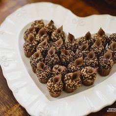 Que lindo esse doce da @louziehdoces na mesa do casamento que publicamos hoje no site (link no perfil) Foto Gustavo Marialva #doces #docinhos #mesadedoces #casamento by bridestyle