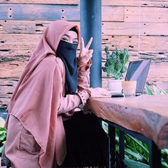 Image may contain: one or more people and outdoor Hijab Dp, Hijab Niqab, Hijab Chic, Hijabi Girl, Girl Hijab, Beautiful Muslim Women, Beautiful Hijab, Niqab Fashion, Muslim Fashion