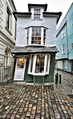 'The Crooked House of Windsor' tea room, 1592. The secret passage to Windsor Castle is now blocked. It's famous tilt is due to the use of unseasoned green oak.