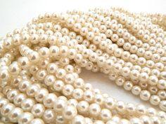 Perla cristal color perla, 8mm, Collar con 106 piezas $12.00, precio especial a mayoristas.(14 tiras existentes)