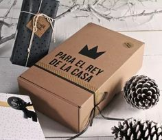 Cardboard shipping boxes with a special design. Diy Father's Day Gifts, Father's Day Diy, Diy Crafts For Gifts, Fathers Day Crafts, Party In A Box, Party Kit, Cardboard Shipping Boxes, Dad Day, Baby Halloween