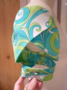 Twisted Petal Sleeves Tutorial, Rhonda's Creative Life: Sleeves On Saturdays Rhonda's Twisted Petal Sleeve :: Manga pétalo retorcida y rarísima Do in green… Manche double tulipe Today's sleeve is a twist on a very traditional sleeve, the Petal Sleeve. Fashion Sewing, Diy Fashion, Ideias Fashion, Dress Fashion, Sewing Hacks, Sewing Tutorials, Sewing Crafts, Sewing Ideas, Sewing Projects