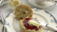 Har du nybakte scones i hus, prøv å nyte dem på engelsk manér, med syltetøy og clotted cream.