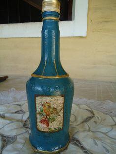 Botella de licor con decoupage y pintura acrílica.