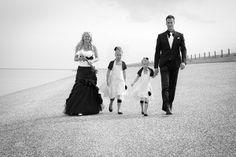 Zwart/wit, een chique combinatie. Bruid, bruidegom en hun 2 bruidsmeisjes. Natuurlijk van Corrie's bruidskindermode. Trouwen, huwelijk, bruiloft, bruidskinderen, bruidsmeisje,communie, communiekleding. bruidskindermode.nl