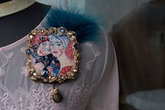 "Елена Щербинская (AE). Беларусь. Витебск.  Брошь "" Подруги"". Portrait Embroidery, Embroidery Fashion, Beaded Embroidery, Fabric Jewelry, Beaded Jewelry, Goldwork, Creative Embroidery, Brooches Handmade, Rug Hooking"