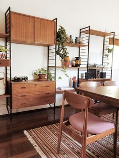 Modern Mid Century Bookcase Design Ideas You Will Love 04 Mid Century Modern Living Room, Mid Century Modern Decor, Mid Century Modern Furniture, Living Room Modern, Midcentury Modern, Eclectic Modern, Living Rooms, Dining Room Table Decor, Teak Dining Table