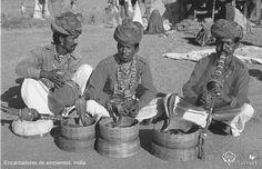 En la tribu Kalbelia de Rajastán, hasta hoy día, los hombres dan caza a las serpientes para encantarlas al son de la música. El dominio sobre la serpiente representa el intenso intento de control sobre la vida y la muerte.