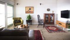 vintage in rustic living room וינטאג' בבית כפרי Living Room Interior, Interior Design Living Room, Shag Rug, Gallery Wall, Home Decor, Shaggy Rug, Decoration Home, Room Decor, Blankets