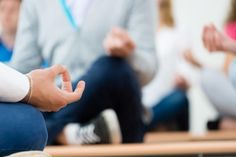 Office Yoga That Improves Morale in The Workplace - Sydney Corporate Yoga Employee Wellness, Workplace Wellness, Employee Benefit, New Employee, Benefits Of Mindfulness Meditation, Mindfulness At Work, Mindfulness Training, Health And Beauty Tips, Health And Wellness