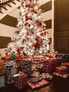 35 Beautiful Winter Wonderland Christmas Tree Design And Decor Ideas – Modalbox Cosy Christmas, Christmas Feeling, Decoration Christmas, Winter Wonderland Christmas, Christmas Tree Design, Christmas Room, After Christmas, Merry Little Christmas, Christmas Morning