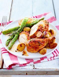 Während das Hähnchen im Ofen brät, bereiten wir den knackigen grünen Spargel für die Beilage vor. Ein Essen, das deine Gäste lieben werden!