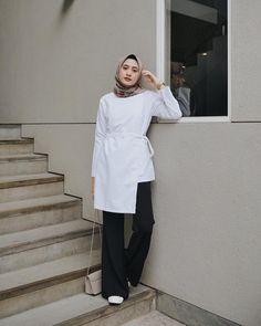 White top outfit fashion with hijab Modern Hijab Fashion, Hijab Fashion Inspiration, Casual Hijab Outfit, Hijab Chic, Kebaya Dress, Blouse Batik, Fashion Vocabulary, Blouse Models, Girl Hijab