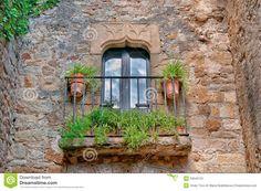 Balcon Avec Des Fleurs, Peratallada, Espagne Photos stock - Image: 23043723