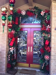 39 Welcoming and Cozy Christmas Entryway Decoration Ideas - Dailypatio Christmas Entryway, Christmas House Lights, Christmas Front Doors, Christmas Door Decorations, Christmas Porch, Noel Christmas, Christmas Wreaths, Christmas Crafts, Halloween Decorations