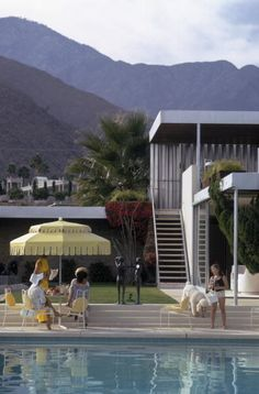 Linsk House, 1970 (Slim Aarons)   Guests by the pool at Nelda Linsk's desert house in Palm Springs, January 1970. The house was designed by Richard Neutra for Edgar J. Kaufmann.