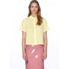 Blusa Daisy Limón - Pepaloves - Camisa de manga corta y cuellos en pico. Corte acampanado. Abotonada al frente cubierta por un dobladillo. Tela semitransparente con dibujo de flores. Color amarillo limón